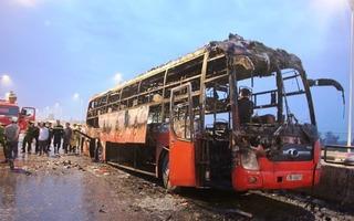 Xe khách cháy trơ khung trên quốc lộ, 4 người thoát chết