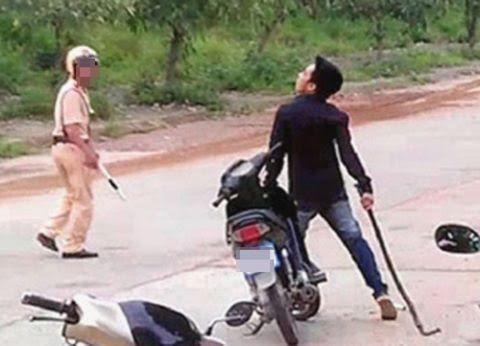 Đánh chiến sĩ công an vì bị yêu cầu dừng xe