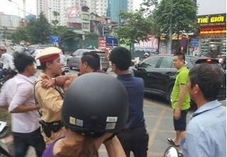 Clip điều khiển ô tô chạy vào làn BRT gây va chạm, tài xế hung hăng đánh người mặc CSGT ngăn cản
