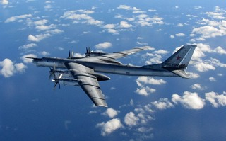 Máy bay Tu-95 Nga vừa tiến gần Mỹ có sức mạnh khủng cỡ nào?