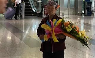 Người mẹ nghèo không dám ăn cơm nhưng mua bó hoa 500.000 đồng đón con gái ở sân bay