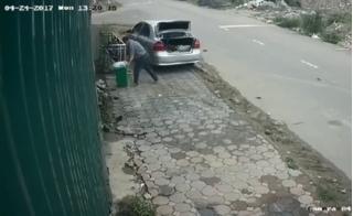 Clip người đàn ông đi xe hơi lấy trộm thùng rác công cộng ở Hà Nội !?