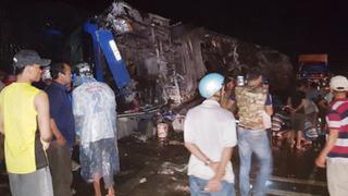 Xe khách lật ngửa trong đêm, dân dùng xà beng đập cửa đưa hàng chục người đi cấp cứu