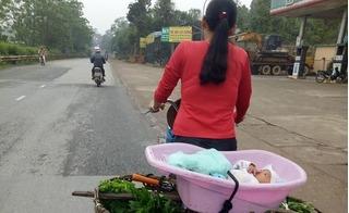 Rớt nước mắt với hình ảnh người mẹ chở con chưa đầy 1 tuổi đi bán hàng rong