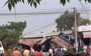 Khoảnh khắc hai xe tải đâm nát cửa hàng điện thoại, 3 người bị vùi lấp