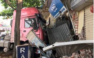 Container va chạm với xe bồn, cửa ngõ thủ đô tê liệt trong ngày nghỉ lễ