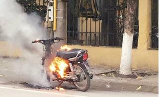 Xin xỏ không thành, người vi phạm tức mình tự đốt xe ngay trước đồn công an