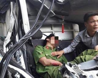 Xe tải gặp nạn, một chiến sĩ công an tử vong