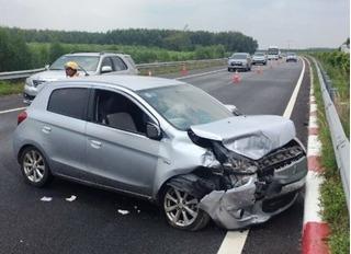 Sau cú tông liên hoàn, 3 ô tô vỡ nát trên đường quốc lộ