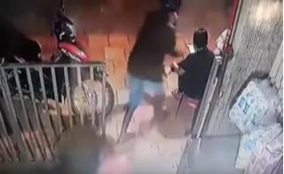 Clip táo tợn cướp điện thoại ngay trên tay nạn nhân