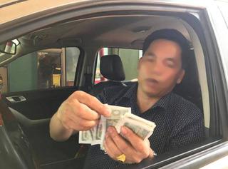 Người dân dùng tiền lẻ thấm nước để mua vé qua trạm thu phí Cầu Rác
