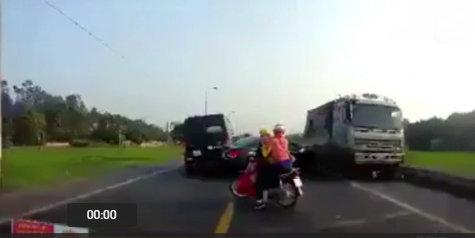 xe tải chạy ngược chiều tông chết 2 người 2