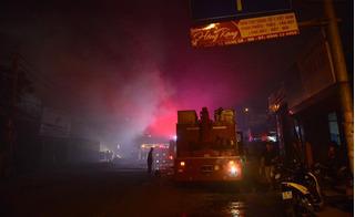 Hà Nội: Kho điều hòa trên phố Tam Trinh cháy dữ dội