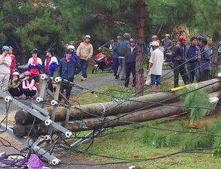 Trụ điện bê tông gãy đổ khiến 2 mẹ con giáo viên tử vong