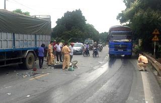 Xe máy lao đầu vào ô tô khiến 2 người tử vong ngay tại chỗ
