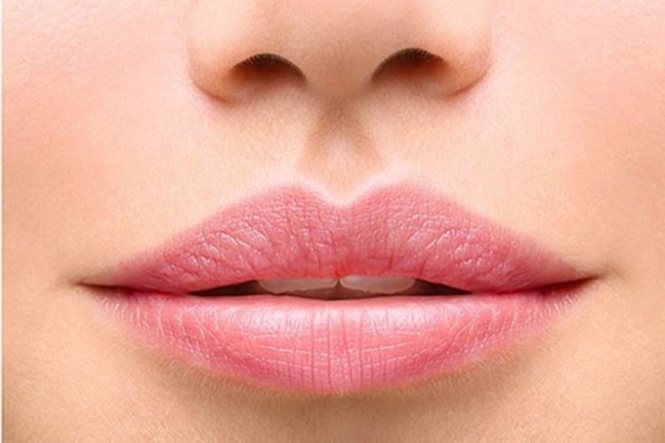 Biết lắng nghe là ưu điểm của phụ nữ có tướng môi thường. Ảnh minh họa: Khoeplus24h