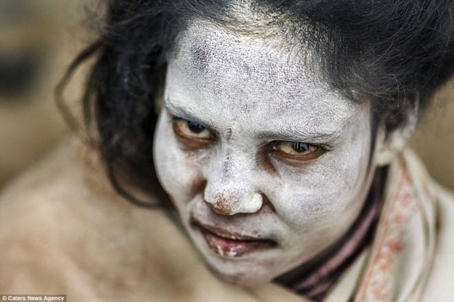 Người của bộ tộc Aghori bôi tro đốt từ xác người chết lên cơ thể mình. Ảnh: Caters News Agency