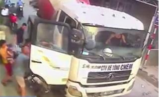 """Dân phẫn nộ """"quây"""" tài xế xe bồn nghi cố tình ép lái tông 2 mẹ con đi xe máy"""