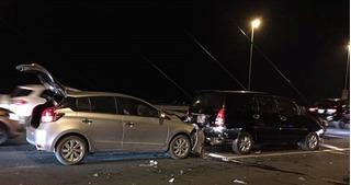 Tai nạn liên hoàn trên cầu Nhật Tân khiến giao thông ùn tắc