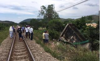 Tàu hỏa tông xe tải khiến 2 người thương vong