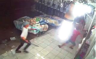 Nhóm giang hồ xông vào cửa hàng quần áo chém người tàn bạo