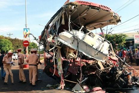 Hiện trường vụ tai nạn làm 13 người thương vong