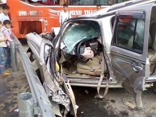 Xế hộp nát đầu sau khi đối đầu với xe khách trên cao tốc Nội Bài – Lào Cai