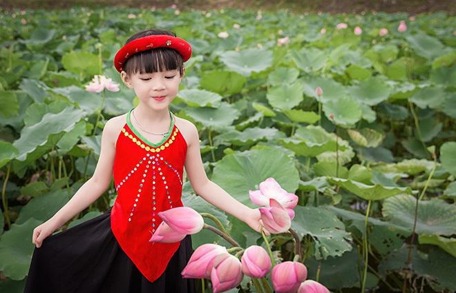 bé gái 5 tuổi tạo dáng bên hồ sen1