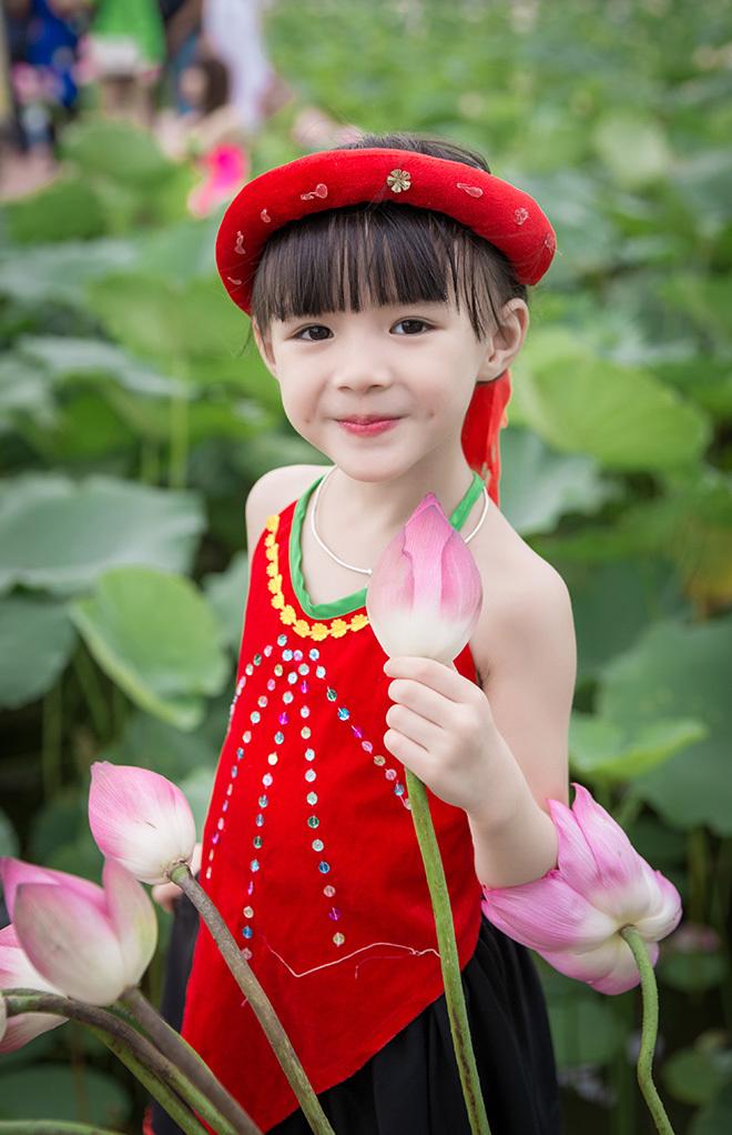 bé gái 5 tuổi tạo dáng bên hồ sen6