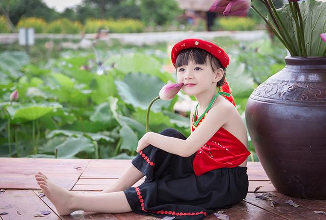bé gái 5 tuổi tạo dáng bên hồ sen17