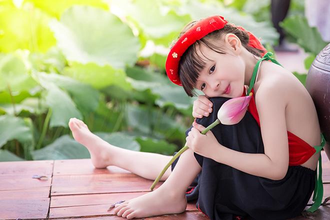 bé gái 5 tuổi tạo dáng bên hồ sen18