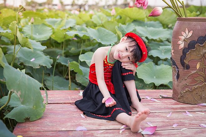 bé gái 5 tuổi tạo dáng bên hồ sen21
