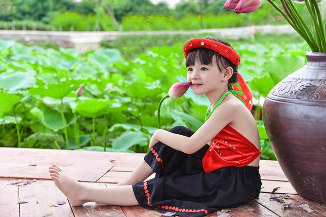 bé gái 5 tuổi tạo dáng bên hồ sen26