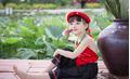 Mặc yếm đỏ, cô bé 5 tuổi tạo dáng cực đáng yêu bên hồ sen