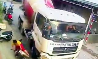 """Tài xế xe bồn """"cố tình đánh lái"""" chèn người phụ nữ đi xe máy bị triệu tập"""
