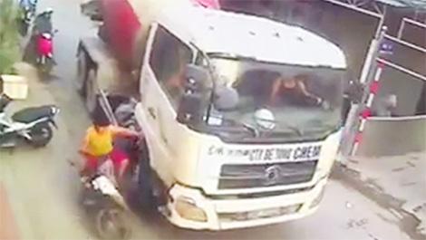 Tài xế cố tình đánh lái chèn mẹ con người phụ nữ