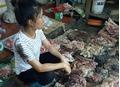 Bắt khẩn cấp hai người phụ nữ đổ dầu luyn lên phản thịt lợn