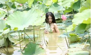 Cô gái khỏa thân tạo dáng trong đầm sen: