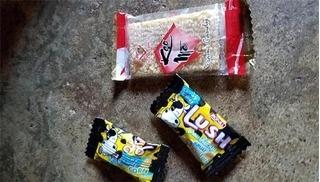49 học sinh ngộ độc vì ăn kẹo của đối tượng lạ