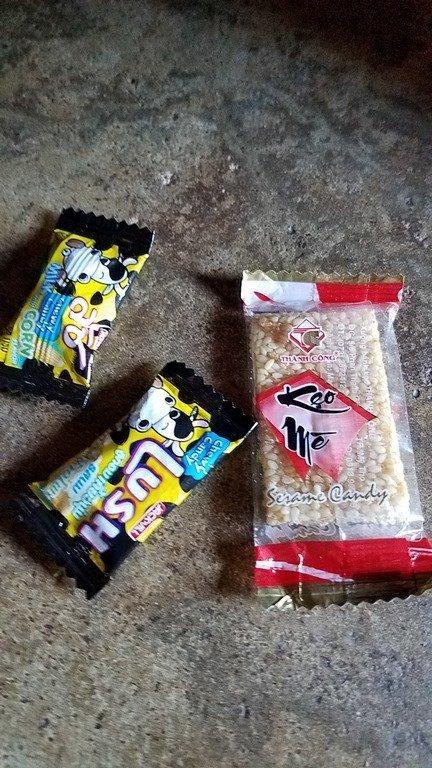 Bánh kẹo được các nhóm đối tượng lạ phát trước cổng trường