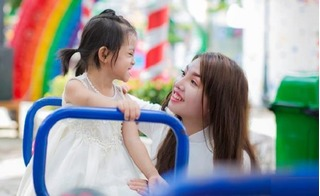 Bộ ảnh đẹp tinh khôi của Phượng Single cùng con gái sau khi