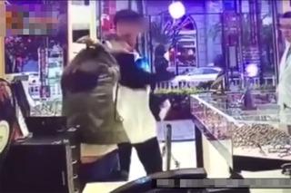 Con trai thẳng tay đánh mẹ giữa chốn công cộng vì lý do cỏn con
