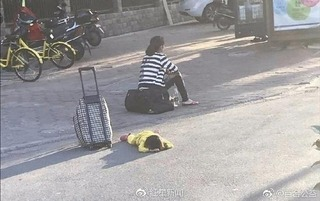 Mẹ giẫm đạp tàn nhẫn lên lưng con ngay giữa đường vì mắc bệnh tốn tiền