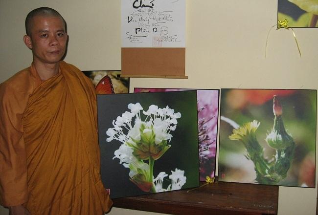 Thiền sư Thích Chơn Hữu đã bán hàng trăm bức ảnh của mình để lấy tiền làm từ thiện