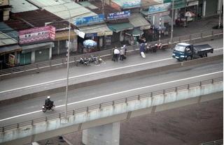 Người đàn ông bị hất văng từ trên cầu vượt 5m xuống đất sau cú va chạm với xe tải
