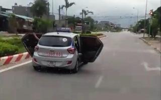 Sự thật việc xe taxi mở tung cánh cửa khi đang chạy trên đường là gì?