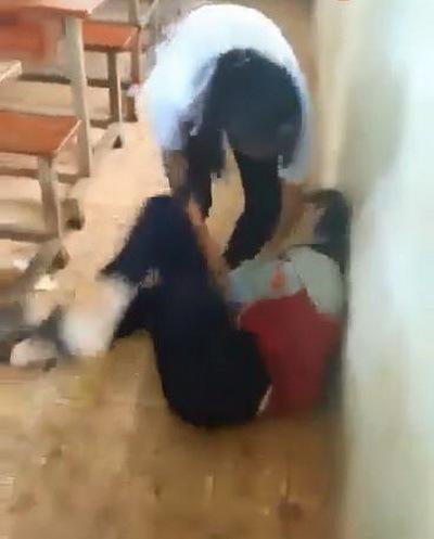 Hình ảnh nữ sinh đánh nhau trong lớp