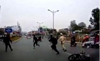 """Nhóm thanh niên manh động tấn công cảnh sát để """"giải cứu đồng bọn"""""""