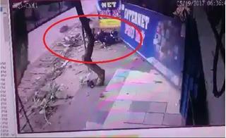 Clip xe tải chạy ẩu, húc văng hai mẹ con lên vỉa hè ở Đồng Nai