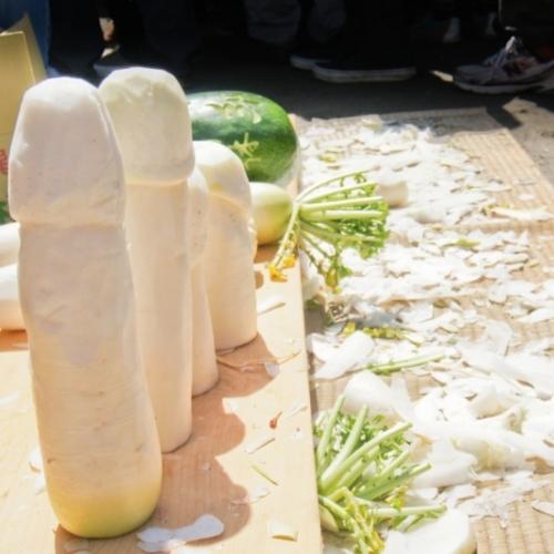 Các vật được trưng bày tại lễ hội đều mang hình thù của dương vật. Ảnh: Tintuc.vn